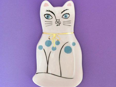 Farfurioară decorativă pisică cu buline albastre, din ceramică modelată și pictată manual. Detalii aurite. Dimensiuni 22x12 cm. Pentru iubitorii de pisici.
