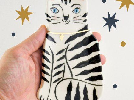 Farfurioară decorativă pisică micuță, tărcată, din ceramică pictată manual. Decorată cu aur. Dimensiuni 14x9 cm. Pentru bijuterii, chei, mărunțiș. Design Gruni