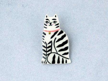 Broşă tip pin, pisică tigrată. 3 x 5 cm. Numai pentru haine groase. Pin din alamă. Decorat cu aur. Produs de Gruni.
