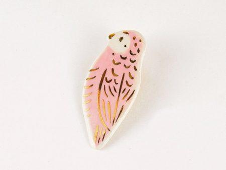 Broșă tip pin cu pasăre roz din ceramică decorată manual cu aur. Dimensiune 2,5 x 5,5 cm. Pin alamă pentru haine groase. Unicat. Gruni