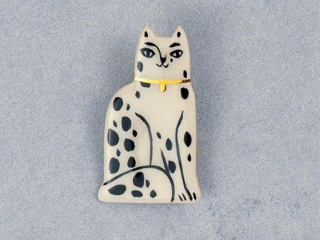 Broşă pin, din ceramică, cu pisică Magpie, pictată manual cu aur. 3 x 5 cm. Pin alamă. Unicat. Cadou iubitori de pisici.