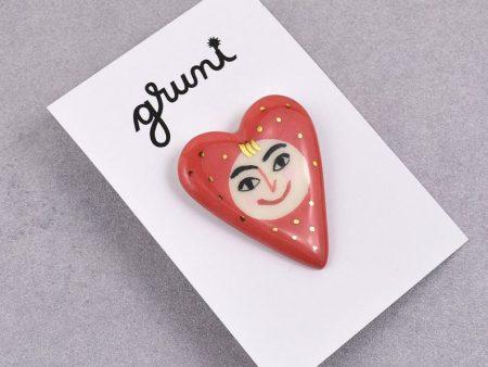 Broşă inimă tip pin - Happy Heart, din ceramică pictată manual cu o figură zâmbitoare. 4 x 3 cm, 7 g. Pin alamă.