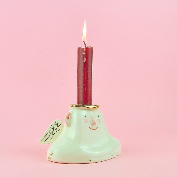 Sfeșnic alb cu îngeraș înaripat. Pentru lumânări aprox 2,5 cm diametru. 13,5 x 8 x 9,5 cm. Decorat manual cu aur pe ceramică. Unicat.