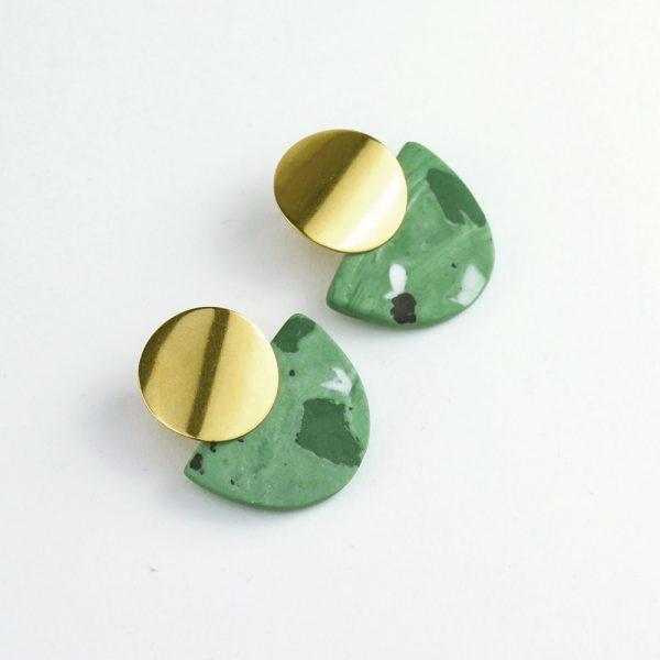 Cercei verzi cu efecte. Agățători inox. 3 x 4 cm. 11 g / perechea. Neglazurați, efect mat. Bijuterie de autor Gruni.