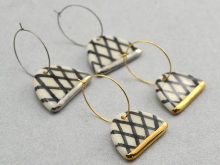 Cercei geometrici Grafic 101 din ceramică. Bijuterie de autor modelată și pictată manual cu negru. Decorație aur / platină. Dimensiuni 4x3 cm. Design Gruni