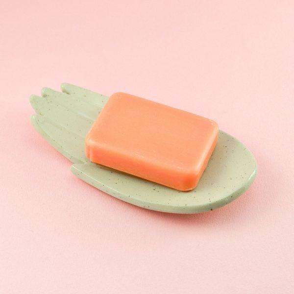 Săpunieră palmă din ceramică cu picățele, rezistentă la umezeală și murdărie, culoare crem-natur. Are găuri de scurgere. Dimensiuni 17x10 cm. Desing Gruni