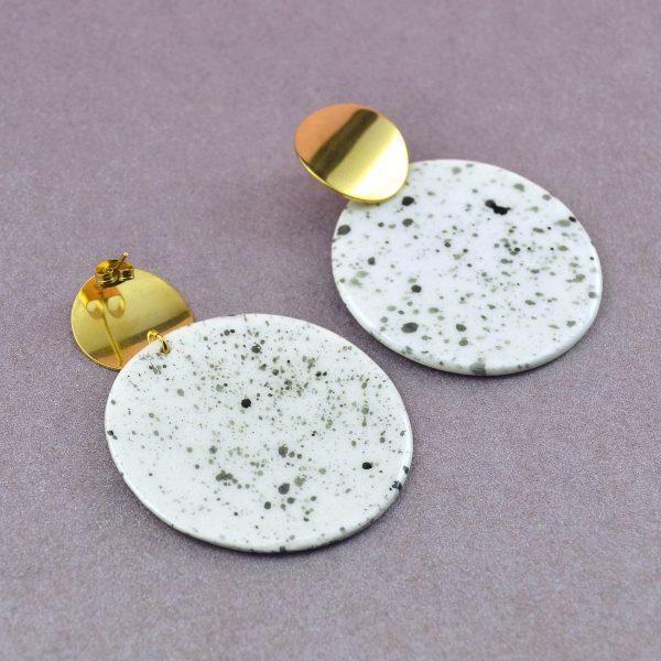 Cercei geometrici sare și piper cerc mare. Modelați manual din ceramică. Bijuterie statement, de autor. Accesorii inox auriu 20 mm. Lățime 60 mm. Cercei geometrici cu textură de culoare neutră, un model îndrăzneț. Sunt realizaţi manual din ceramică, deci fiecare pereche este unică în felul ei. Agăţătoarea este din inox, diametrul cercului agăţătoare este de 20 mm, iar diametrul piesei ceramice este de 60 mm.