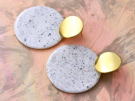 Cercei geometrici sare și piper, cerc mare. Modelați manual din ceramică. Bijuterie statement, de autor. Accesorii inox auriu sau argintiu 2 cm. Dimensiuni 6 x 7 cm. Greutate 18 g / perechea.