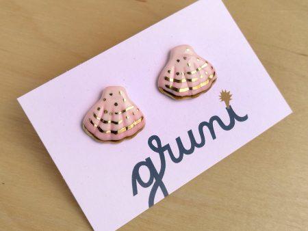 Cercei cu tijă cu scoică din porțelan, pictați manual cu roz și decorați cu aur. Dimensiuni aproximative 1.5 x 1 cm. Perfecți pentru vară! Gruni