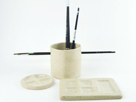 Pahar pentru pensule şi două palete pentru acuarele, din ceramică foarte rezistentă. Set cadou pentru artiști. Design Gruni