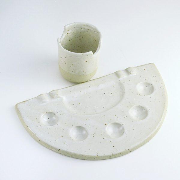 Pahar pentru pensule şi paletă pentru acuarele, din ceramică foarte rezistentă. Set cadou pentru artiști. Design Gruni