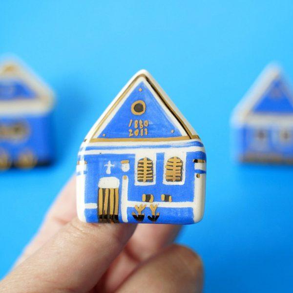 Casa albastră din Șona, broșă pin pictată manual, detalii aur. După casa albastră a pictorului Ştefan Câlţia. Campania #FondAlbastru a Asociației Momentum