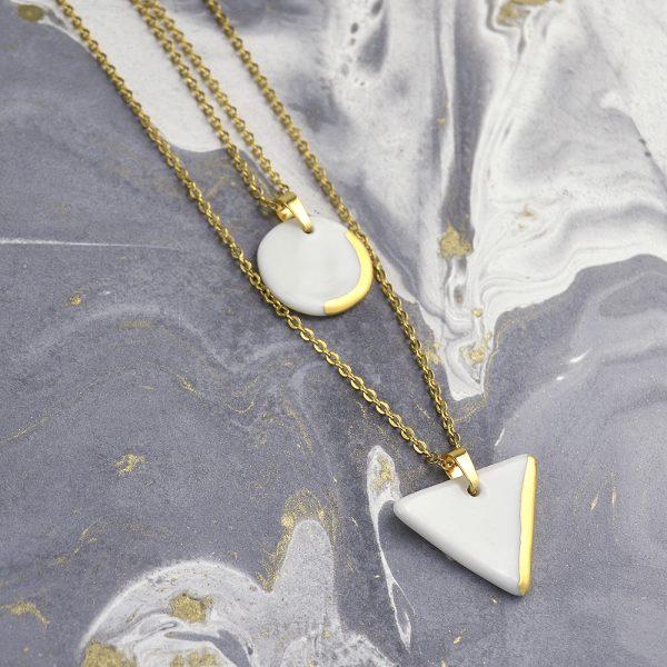 Pandantiv geometric cu lănțișor dublu, cu medalioane cerc și triunghi din ceramică albă cu aur pictat manual. Împachetat cadou. Design Gruni