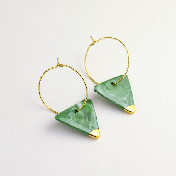 Cercei triunghi din porțelan marmorat verde crom. Modelați manual. Decorați cu aur adevărat. Bijuterie de autor. Accesorii inox auriu. Design Gruni.