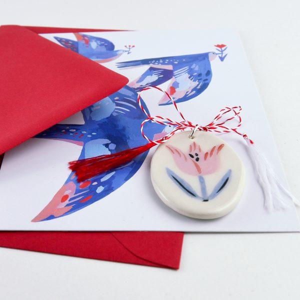 Mărțișor pictat manual cu o lalea, cu felicitare și plic. Din ceramică. Poate fi purtat ca pandantiv. Gruni