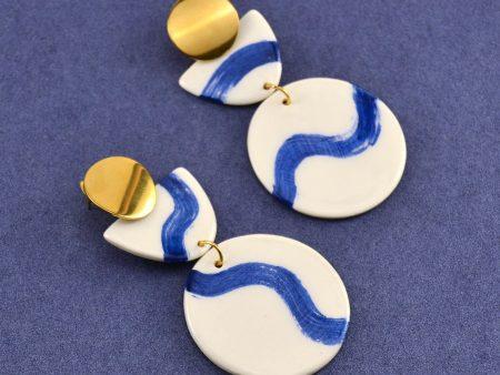 Cercei geometrici din ceramică desenați manual cu valuri albastre mari. Accesorii inox auriu. 10 x 5 cm. 23 g / perechea. Statement Earrings