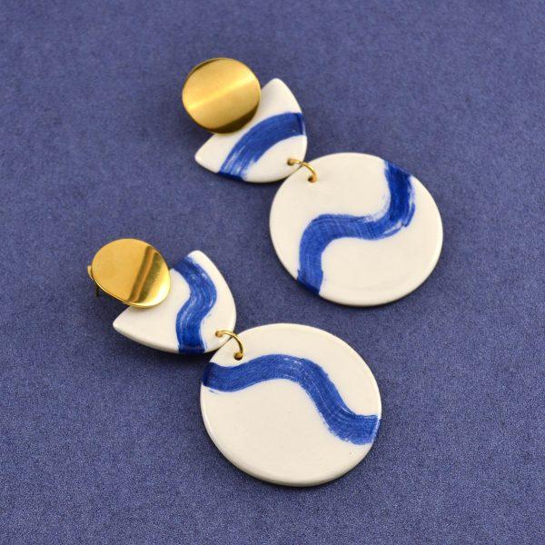Cercei geometrici din ceramică desenați manual cu valuri albastre mari. Accesorii inox auriu. 10 x 4,5 cm. 23 g / perechea. Statement Earrings